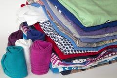 衣裳和袜子在整洁的堆被折叠了 库存照片