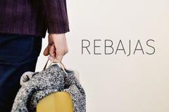 衣裳和词rebajas,销售用西班牙语 免版税库存图片