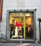 衣裳商店五颜六色的陈列室  库存图片