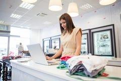 衣裳商店的售货员 免版税库存图片
