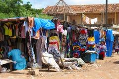 衣裳在一个市场上站立在考拉克,塞内加尔 免版税图库摄影