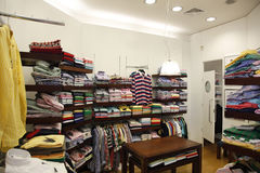 衣裳在商店和更衣室 免版税库存图片