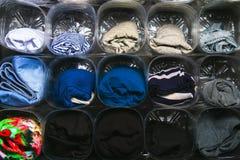 衣裳存贮的组织在壁橱的在架子 对塑料瓶的次要用途 挽救空间 方便用途 库存图片