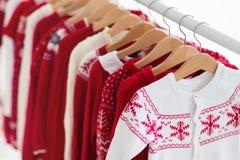 衣裳机架以红色圣诞节编织穿戴 图库摄影