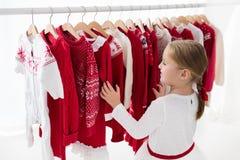 衣裳机架以红色圣诞节编织穿戴 库存图片