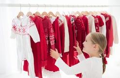 衣裳机架以红色圣诞节编织穿戴 免版税库存图片