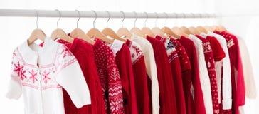 衣裳机架以红色圣诞节编织穿戴 免版税库存照片
