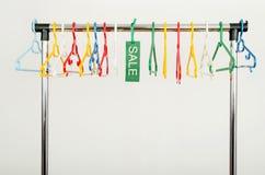 衣裳机架有空的挂衣架的和销售签字 免版税库存图片
