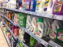 衣裳瓶的洗涤剂在超级市场架子 库存图片
