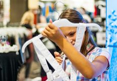 衣裳的十几岁的女孩购物在服装店里面 库存照片