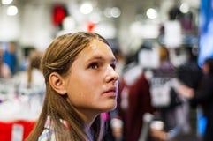 衣裳的十几岁的女孩购物在服装店里面 免版税库存图片