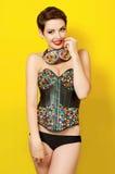 衣裳皮革废物的年轻美丽的女孩 免版税库存照片