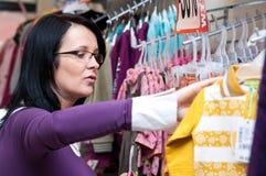 衣裳购物的妇女 免版税库存图片