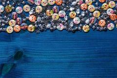 衣裳-名牌服装的美丽的按钮的装饰 库存图片