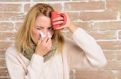 补救应该帮助打冷的快速的妇女感觉非常不适打喷嚏 冷流感解决 围巾举行组织的女孩或 免版税库存照片