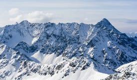 补白山橙色全景天空 一个壮观的土坎的看法在雪的在一个晴天 免版税库存照片