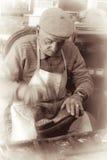 补鞋匠在使用传统工具老尼科西亚,塞浦路斯的工作画象 免版税库存图片