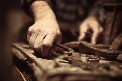 补鞋匠在工作 免版税库存照片