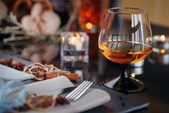 表与假日装饰的餐位餐具 免版税库存照片