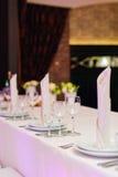 表为一顿典雅的晚餐设置了在餐馆 库存图片
