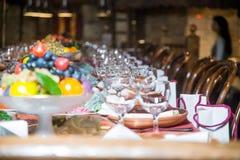 表为一顿欢乐晚餐设置了在餐馆 库存图片