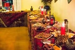 表为一顿欢乐晚餐设置了在餐馆 免版税库存照片