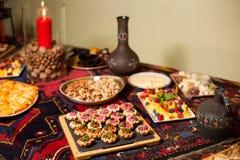 表为一顿欢乐晚餐设置了在餐馆 免版税库存图片