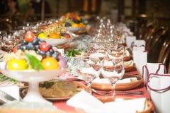 表为一顿欢乐晚餐设置了在餐馆 库存照片