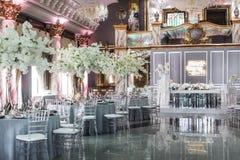 表为婚姻或另一顿承办宴席的事件晚餐设置 免版税库存照片