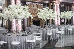 表为婚姻或另一顿承办宴席的事件晚餐设置 免版税库存图片
