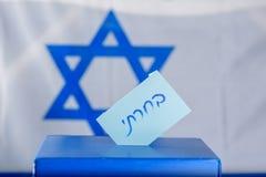 表决箱子在选举日 我对选票投票的西伯来文本 库存图片