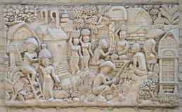 代表古老泰国村庄的生活浅浮雕 免版税库存照片