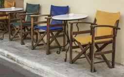 表和一个咖啡馆的木椅子在街道的 免版税库存图片