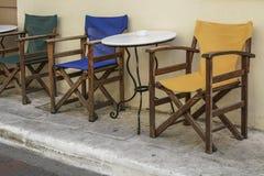 表和一个咖啡馆的木椅子在街道的 免版税库存照片