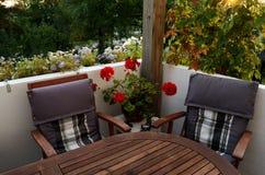 表和两把椅子在大阳台 免版税库存图片