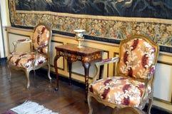 表和休息室两把椅子  免版税库存照片