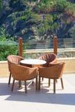 表和四把椅子在大阳台咖啡馆 库存照片