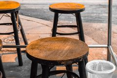 表和木头椅子在餐馆 图库摄影