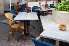 表和木椅子在一家露天餐馆 免版税库存照片