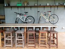 表和木椅子在餐馆 图库摄影