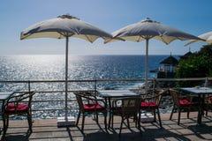 表和椅子与伞和一个美好的海视图,特内里费岛,肋前缘阿德赫,加那利群岛 库存照片