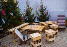 表和椅子从树的遗骸 库存照片