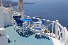 表和椅子反对海在圣托里尼 库存图片