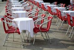 表和椅子在一个在露天的咖啡馆在欧洲城市 免版税库存图片