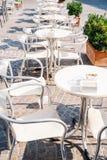 表和椅子在一个在露天的咖啡馆 库存照片