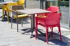 表和椅子在大阳台在一个晴天在咖啡馆附近 免版税图库摄影