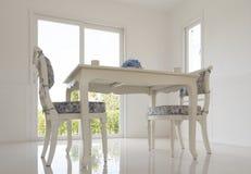 表和椅子在客厅 免版税库存图片