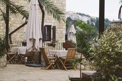 表和椅子在室外咖啡馆 库存照片