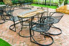 表和椅子在室外的公园 免版税库存照片