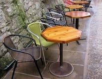 表和椅子在河沿在圣安东尼奥,得克萨斯 免版税库存照片